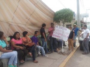 Tlapa. 28/01/2016. Trabajadores del IEEJACG en su plantón en demanda de su quincena. Foto: Antonia Ramírez