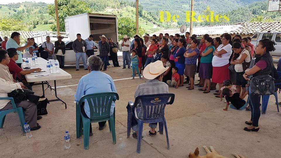 Padres y madres de familia de Zoyatlán de Juárez, Alcozauca en el anuncio de que permanecerán los nueve profesores
