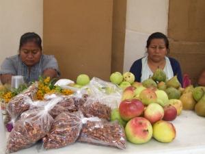 Mujeres me´phaa en la venta de productos regionales manzanas, peras, en la iglesia de San Francisco, en Tlapa