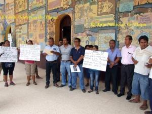 Pueblos indígenas exigen derechos, en corredor de ayuntamiento de Tlapa