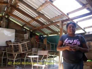 Directora de la escuela primaria Raúl Isidro Burgos, Magdalena Maldonado Parra en la colonia San Isidro, en Tlapa
