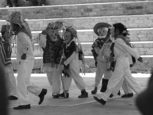 Baile de los Viejitos por niños en la colonia Zapata, en Tlapa
