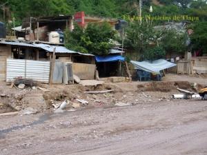 Las aguas negras que brotan en el río Jale por la tubería rota